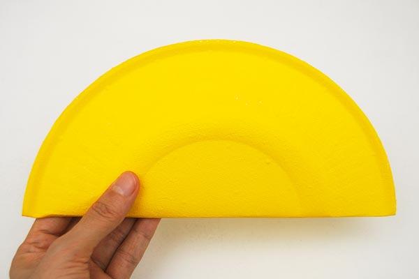 Gấp đĩa giấy làm đôi vương miện