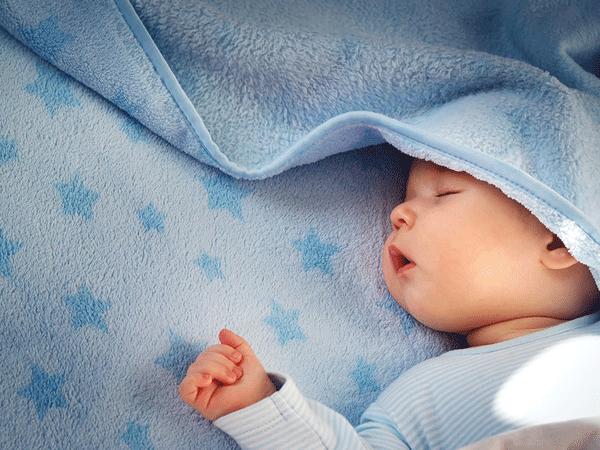 Áp dụng ngay cách sau để giúp bé ngủ ngon, sâu giấc hơn, không bị giật mình quấy khóc giữa đêm