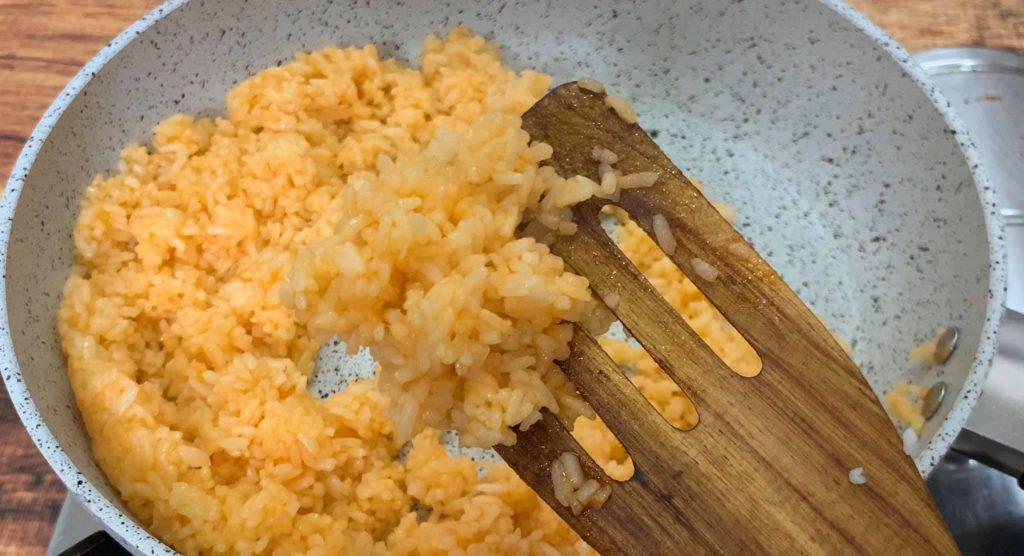 Bật mí cách làm món cơm chiên cuộn trứng siêu đỉnh hình 1