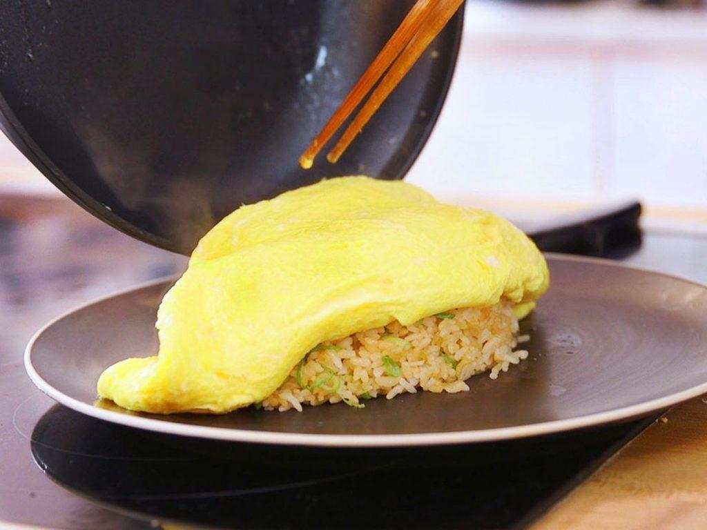 Bật mí cách làm món cơm chiên cuộn trứng siêu đỉnh hình 3