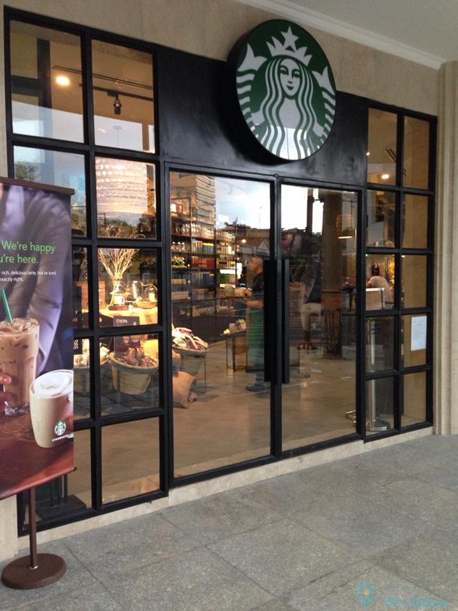 Starbucks Sai Gon dong cua