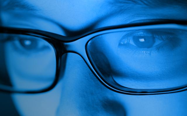 Mách phụ huynh kinh nghiệm chọn mua kính chống ánh sáng xanh cho con học online