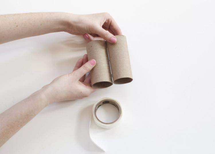 Dán 2 cuộn giấy vệ sinh lại với nhau làm ống nhòm