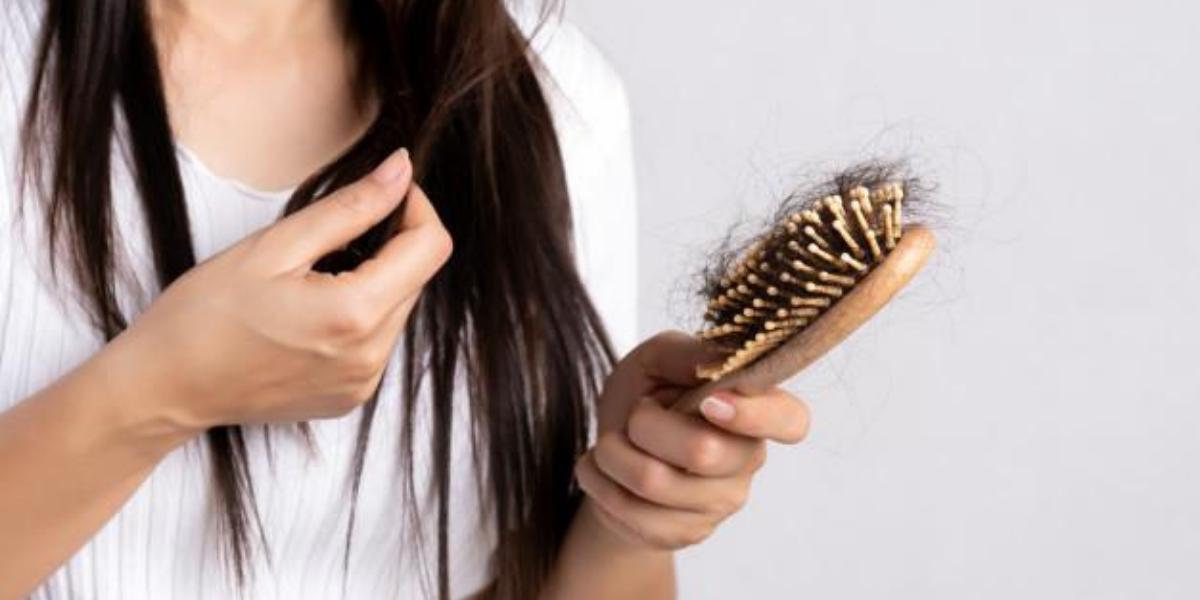 Vì sao tóc rụng nhiều? Bí kíp giúp chị em lấy lại mái tóc dày và mượt