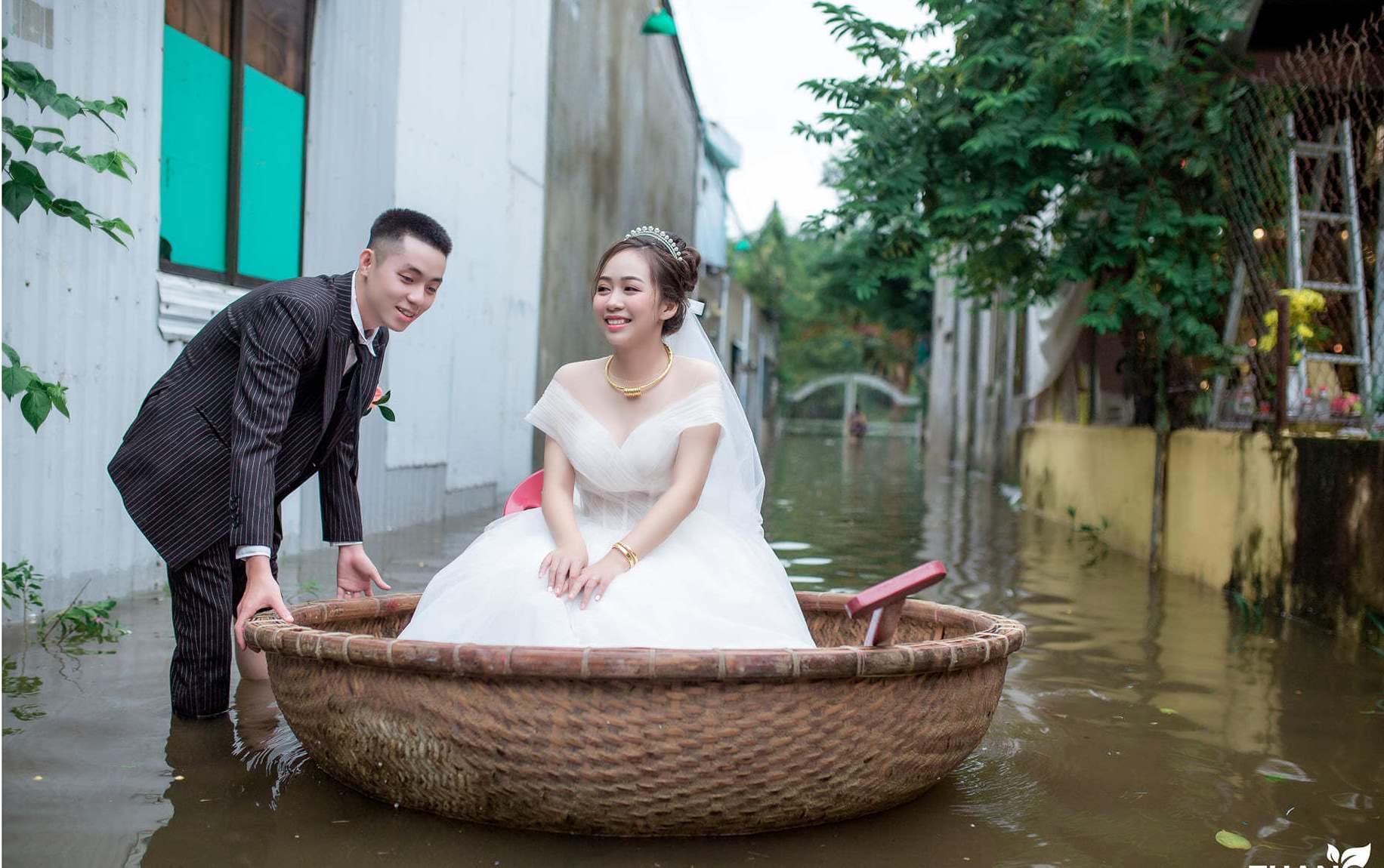 Đám cưới đặc biệt vào mùa lũ, chú rể đẩy thúng đưa cô dâu vào nhà