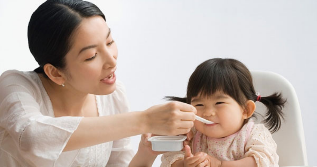Trẻ ăn váng sữa vào thời điểm nào và như thế nào là tốt nhất?